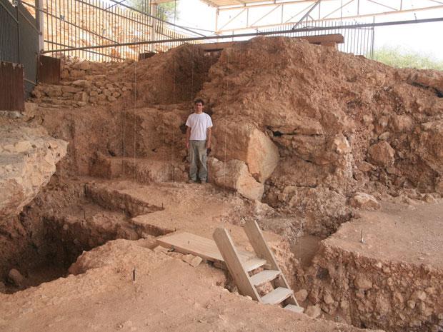 Arqueólogo na caverna Qesem (Foto: Qesem Cave Project/BBC)