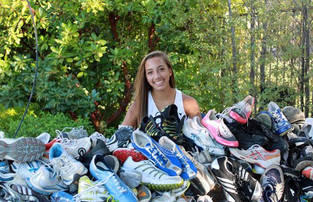 Sara com os tênis recolhidos nos EUA (Foto: Arquivo pessoal)