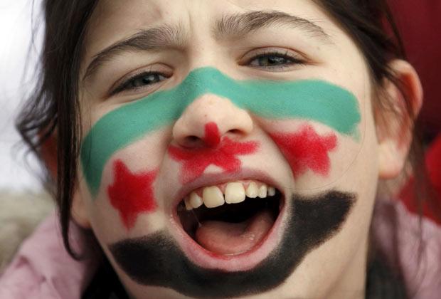 Garota síria protesta contra o governo em ato em Istambul, na Turquia, neste domingo (11) (Foto: AP)