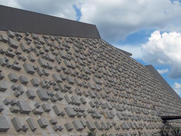 Teatro Nacional tem duas fachadas revestidas por blocos de concreto, em padrão feito por Athos Bulcão (Foto: Jamila Tavares/G1)