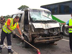 Batida entre van e caminhão deixa passageiros feridos na BR-324 (Foto: Reprodução/TV Bahia)