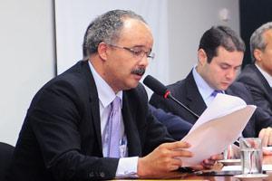 Deputado Vicente Cândido durante leitura do relatório da Lei Geral da Copa em comissão da Câmara (Foto: Agência Câmara)