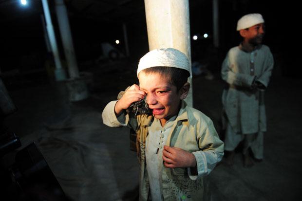 Crianças choram ao serem resgatadas (Foto: Asif Hassan/AFP)