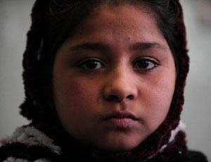 Tarana Akbari perdeu sete familiares no atentado, incluindo um irmão de 7 anos (Foto: Shah Marai/AFP)