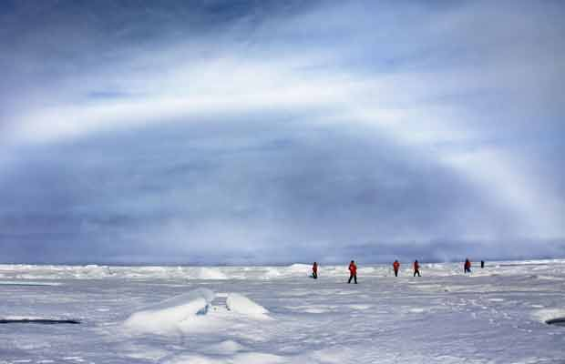 Fotógrafo capta raro 'arco-íris' branco no Polo Norte (Foto: Sam Dobson/Agência Caters)
