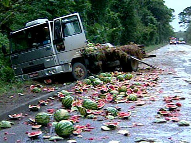 A carga de melancias ficou espalhada pela pista (Foto: Reprodução/TV Gazeta)