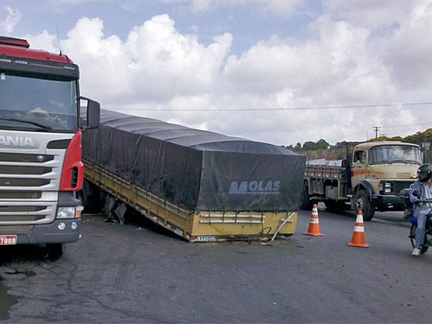 Carreta se desprendeu da cabine do motorista na BR-101 (Foto: Kety Marinho/TV Globo)