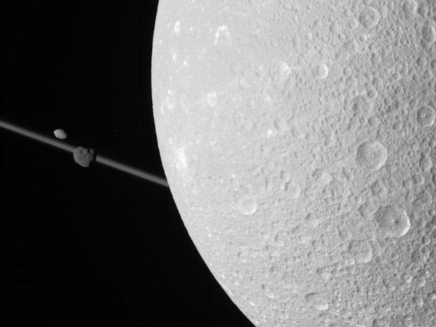 Imagem de Dione, com outras duas luas e os anéis de Saturno (Foto: Nasa/JPL/Space Science Institute)