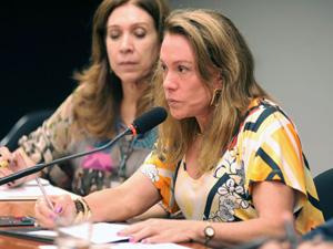 Autora do novo texto da Lei da Palmada, deputada Teresa Surita (PMDB-RR) diz que objetivo não é impedir que pais ponham limites nos filhos. (Foto: Beto Oliveira/Agência Câmara)