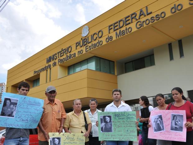 Família de Zenice se reúne em frente ao MPF para protestar contra a morte da paciente (Foto: Aliny Mary Dias/G1MS)