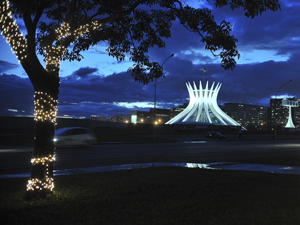 Iluminação da Esplanada dos Ministérios é testada nesta segunda (12) (Foto: Agência Brasil)