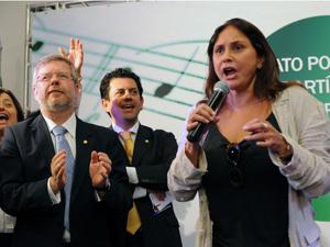 A cantora Fafá de Belém discursa em favor da PEC da Música, ao lado do presidente da Câmara, Marco Maia (PT-RS) e do deputado Otávio Leite (PSDB-RJ) (Foto: Diógenis Santos/Agência Câmara)