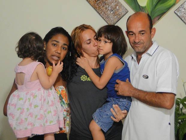 Família resgatada em Belo Horizonte em carro levado pela enxurrada.  (Foto: Pedro Triginelli/G1)