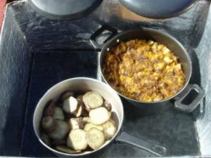 Morador de Tauá cozinha batata doce no forno solar. (Foto: UECE/Divulgação)