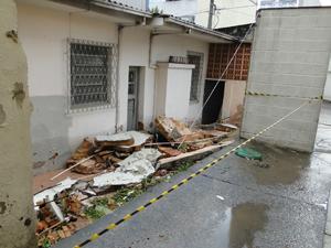 Muro de uma casa que desabou durante o temporal na Região Oeste de Belo Horizonte (Foto: Mikaela Salachenski de Sá/G1)