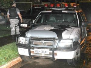 Polícia na frente de residência assaltada em Campo Grande (Foto: Alexandre Duarte/G1 MS)