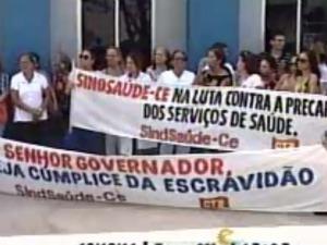 Profissionais se reuniram em frente à Secretaria de Saúde do Ceará. (Foto: TV Diário/Reprodução)