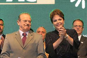 O governador do Rio Grande do Sul, Tarso Genro, ao lado da presidente Dilma Rousseff em cerimônia em Porto Alegre (Foto: Roberto Stuckert Filho / Presidência)