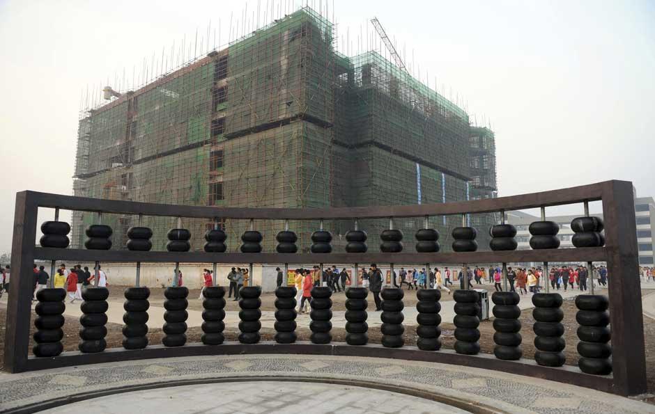 Escola de Bozhou, na China, exibe escultura gigante de um ábaco.