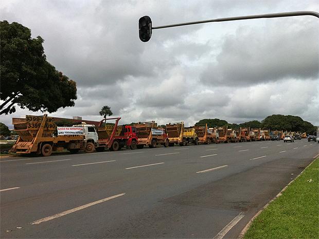 Empresas de coleta de entulho fazem protesto no Distrito Federal (Foto: Rafaela Céo/G1)