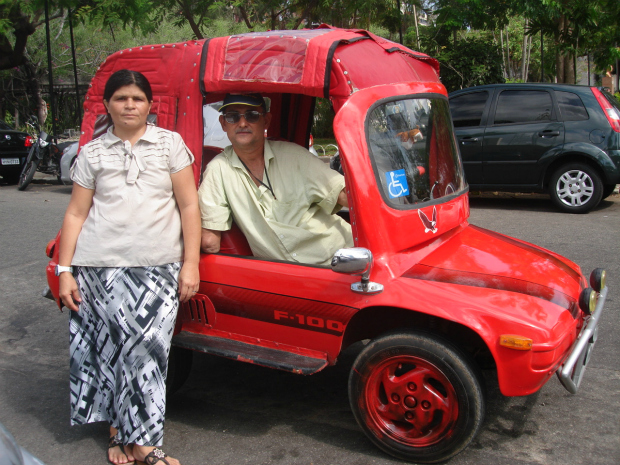Deficiente construiu carro para poder se locomover pela cidade (Foto: Elias Bruno/G1)