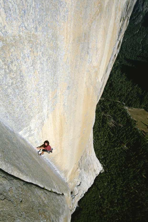 Um alpinista não identificado escala rocha no Parque Nacional Yosemite, na Califórnia, a mais de 900 metros de altura (Foto: Jimmy Chin / Caters)