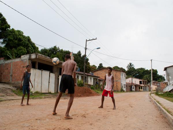 Rua é de paralelepípedo, mas na chuva a lama ainda é formada. (Foto: Egi Santana/G1)