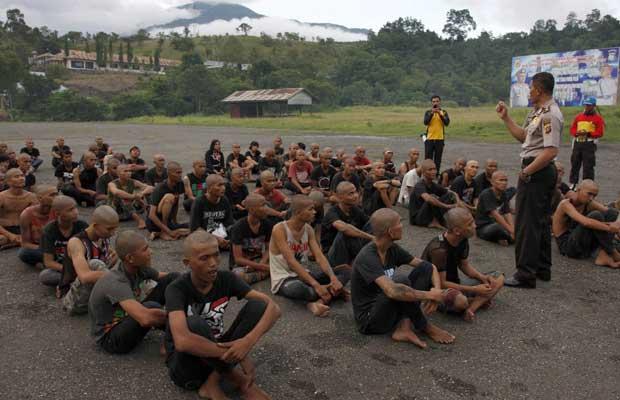 Jovens punks em piscina em centro de detenção na Indonésia (Foto: AP)