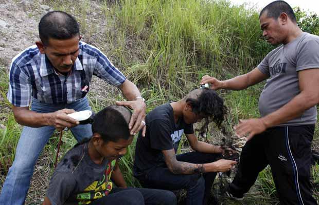 Moicanos são raspados pela polícia da Indonésia (Foto: AP)
