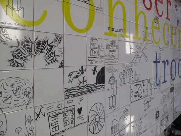 Painel de azulejo foi feito por alunos e professores da escola (Foto: Carolina Lauriano / G1)