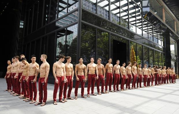 modelos de várias partes do mundo ficaram por vários dias alinhados em frente ao shopping. (Foto: Simin Wang/AFP)