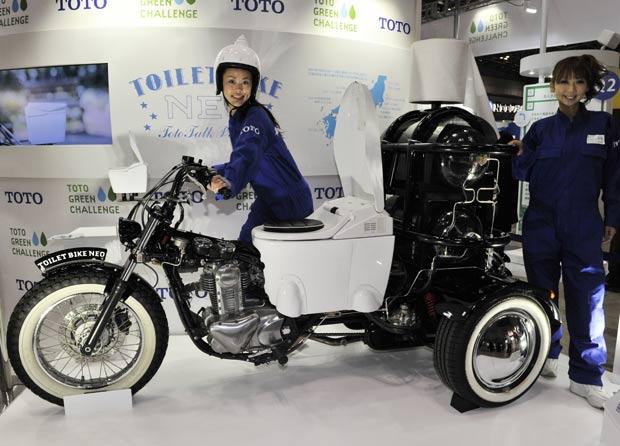 Empresa japonesa exibiu moto que vem equipada com um vaso sanitário. (Foto: Yoshikazu Tsuno/AFP)