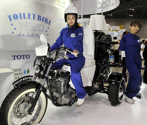 Veículo chamado 'Toilet Bike Neo' usa biocombustível. (Foto: Yoshikazu Tsuno/AFP)