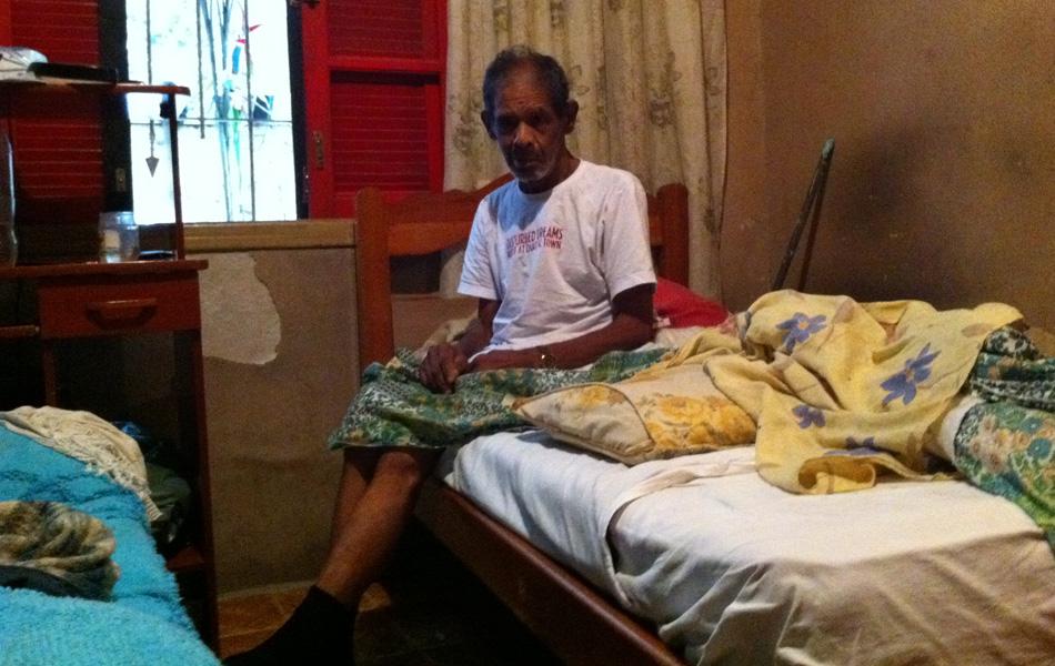 Sem conseguir andar após passar por cirurgia no fêmur, o aposentando Roberto Faustini, de 66 anos, contou com a ajuda da família para impedir que a água tomasse conta de seu quarto