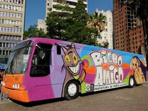 Ônibus da Prefeitura transporta animais para cuidados especiais (Foto: Guerreiro/Divulgação PMPA)