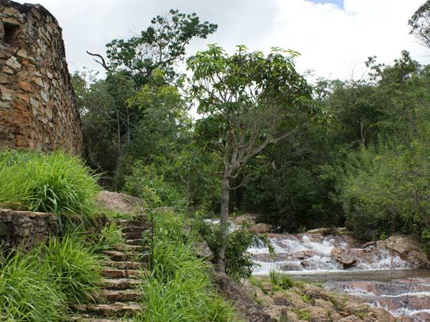 Construção abandonada ao lado de cachoeira em área de Brazlândia, no Distrito Federal (Foto: Vianey Bentes/TV Globo)