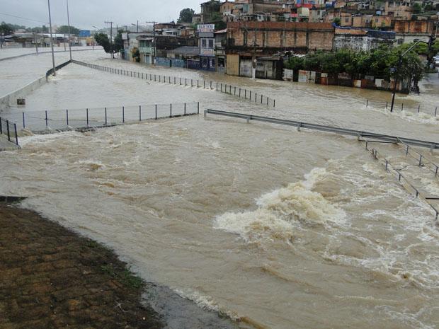 Avenida Cristiano Machado fica completamente interditada no bairro Suzana, Região da Pampulha (Foto: Pedro Triginelli/G1)