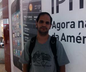 Daniel Taiguara, de 31 anos, aguarda o início das vendas do iPhone (Foto: Laura Brentano/G1)