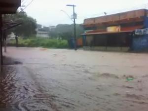 Avenida Doutor Álvaro Camargos, em Venda Nova, fica inundada pela chuva desta quinta-feira. (Foto: Henrique Gual)