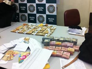 Dinheiro apreendido durante operação (Foto: Thamine Leta/G1)