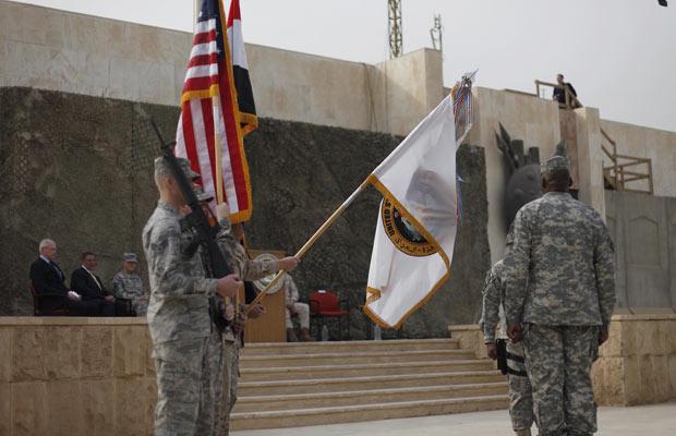 Bandeira americana é retirada, simbolicamente, nesta quinta-feira (15) em Bagdá (Foto: AP)