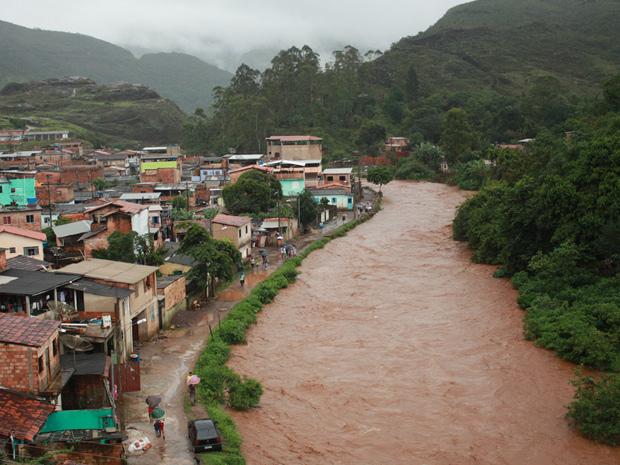 Rio enche e quase transborda durante chuva em Mariana   (Foto: Lincon Zarbietti)