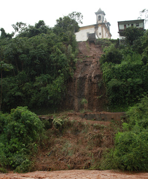 Parte de cemitério ao lado da Igreja do Rosário desaba durante chuva em Mariana (Foto: Lincon Zarbietti)