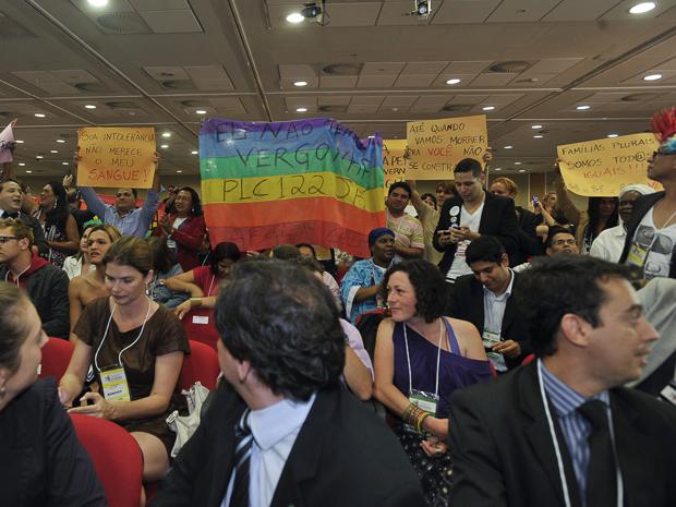 Militantes empunharam cartazes pedindo aprovação de projeto de lei que criminaliza violência contra homossexuais (Foto: Marcello Casal Jr./ABr)