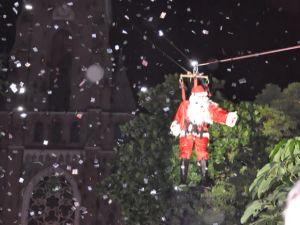 No ano passado, o Papai Noel chegou de tirolesa e esse ano tem mais aventura (Foto: Luiz C. Oliveira/ Divulgação )
