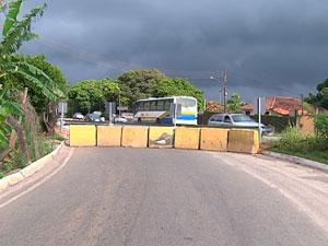 Desvio de pedágio da BA-099 é bloqueado por concessionária (Foto: Reprodução/TV Bahia)