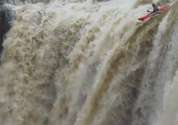 Chris Gragtmans foi o último a descer a cachoeira. (Foto: Reprodução/YouTube)