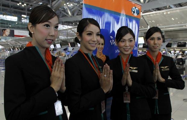 Aeromoças transexuais posam nesta quinta-feira (15) no aeroporto tailandês de Surat Thani (Foto: Reuters)