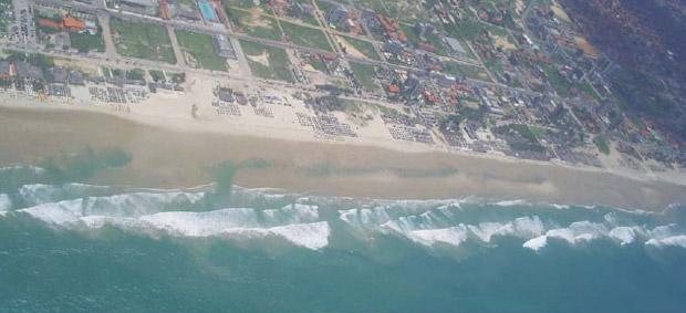 Sob as ondas que se quebram, é possível ver que o mar fica mais raso. São os bancos de areia na praia do Futuro, em Fortaleza (Foto: Miguel da Guia Albuquerque/Cortesia)