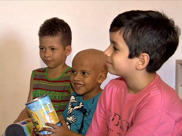 Pedro Guilherme entregou doações na manhã desta sexta-feira (16) (Foto: TV Verdes Mares/Reprodução)